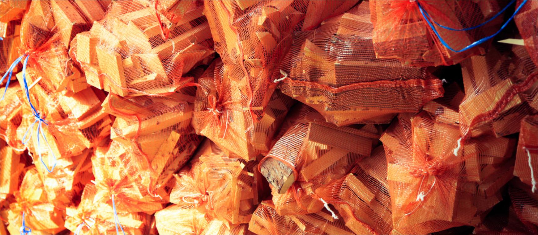 Drewno kominkowe, przygotowane do ogrzania każdego domu w chłodne kwietniowe wieczory.