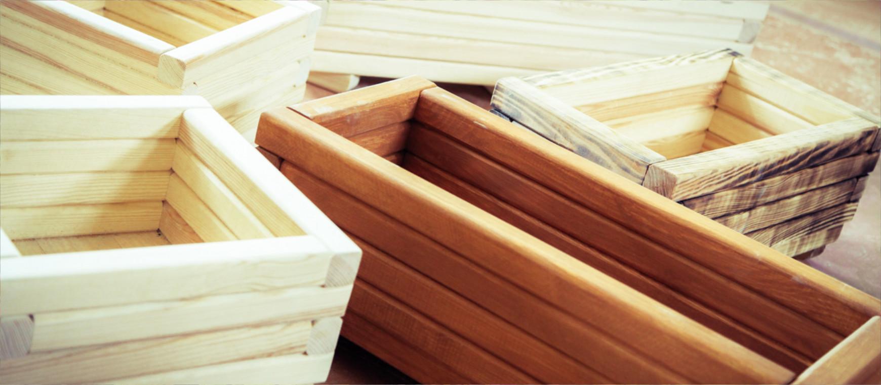 Starannie przygotowane doniczki, wykonane z naturalnego drewna, będą pięknym elementem ozdobnym każdego biura czy domu.